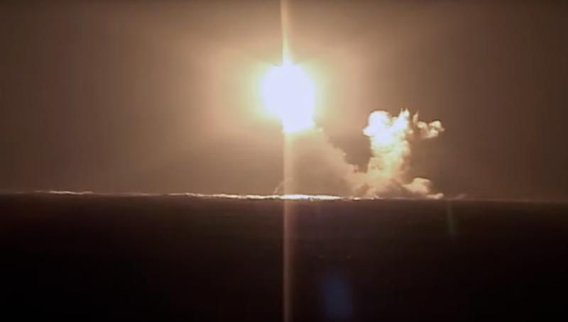 Chiêm ngưỡng tàu ngầm 'nguy hiểm nhất thế giới' của Nga phóng tên lửa trên biển