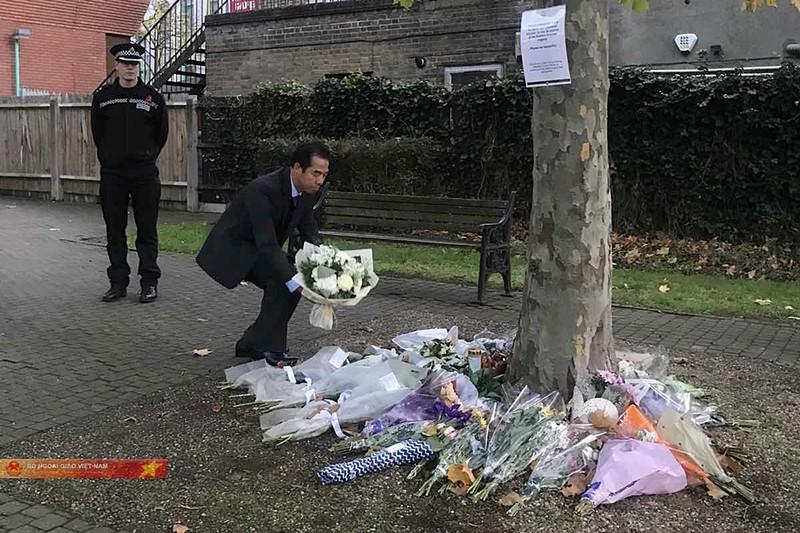 Thứ trưởng Tô Anh Dũng đặt hoa tưởng niệm 39 nạn nhân tử vong tại hạt Essex. Ảnh: BNG