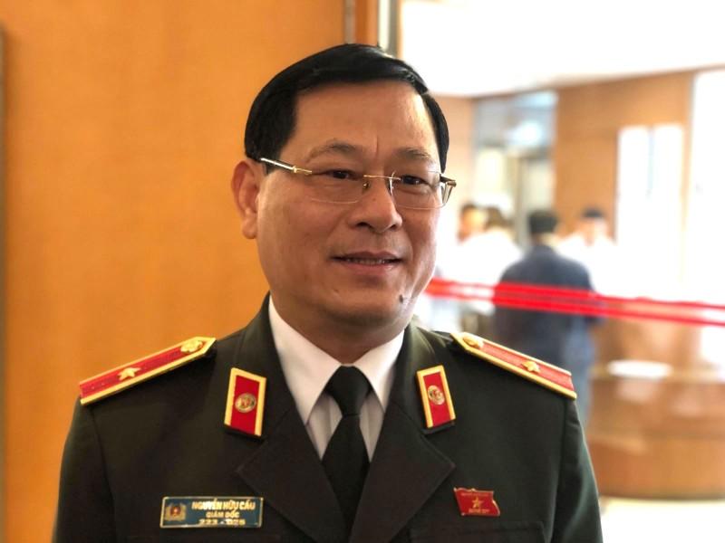 Thiếu tướng Nguyễn Hữu Cầu trả lời báo chí bên hành lang QH.