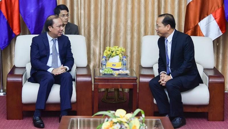 Thứ trưởng Ngoại giao Nguyễn Quốc Dũng và Đại sứ Campuchia Chay Navuth. Ảnh: BNG