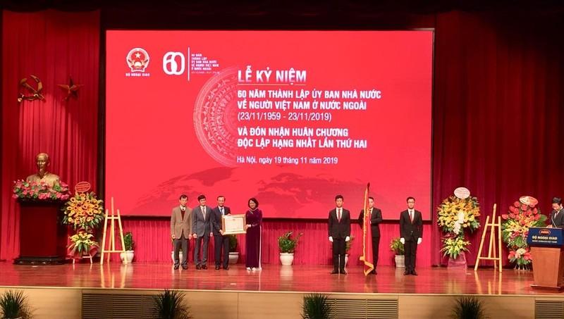 Phó Chủ tịch nước Đặng Thị Ngọc Thịnh trao Huân chương Độc lập hạng Nhất cho Ủy ban Nhà nước về NVNONN