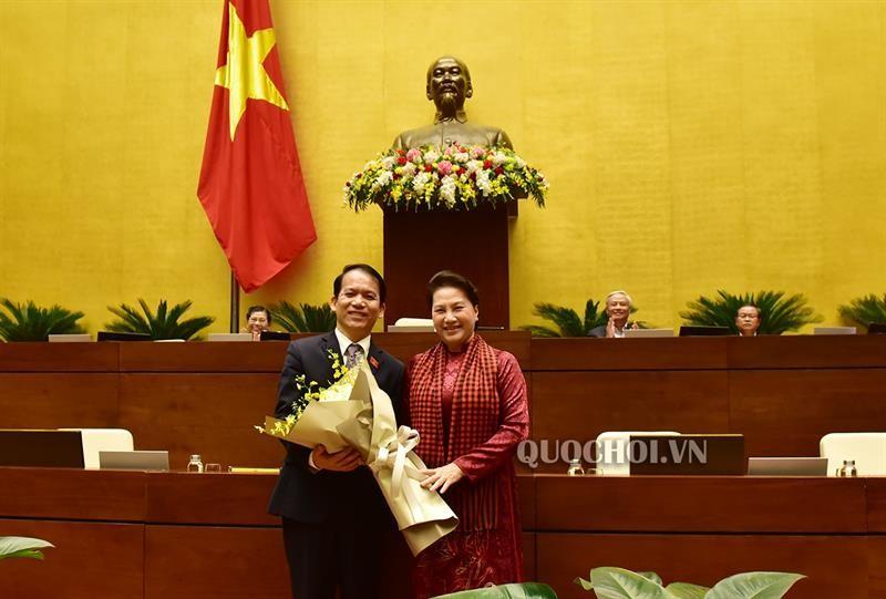 Chủ tịch Quốc hội Nguyễn Thị Kim Ngân tặng hoa chúc mừng tân Chủ nhiệm Ủy ban Pháp luật khóa XIV của Quốc hội Hoàng Thanh Tùng
