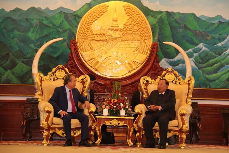 Phó Thủ tướng Chính phủ Trương Hòa Bình chào xã giao Tổng Bí thư, Chủ tịch nước Lào Bounnhang Vorachith. Ảnh: BNG