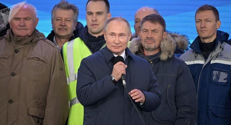 Tổng thống Nga Vladimir Putin phát biểu tại lễ khai trương phần đường sắt của cầu Crimea.