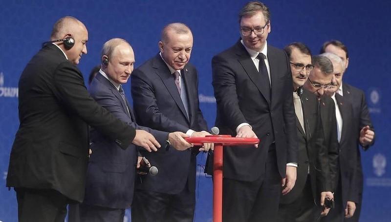 Các nhà lãnh đạo dự lễ khánh thành đường ống khí đốt.