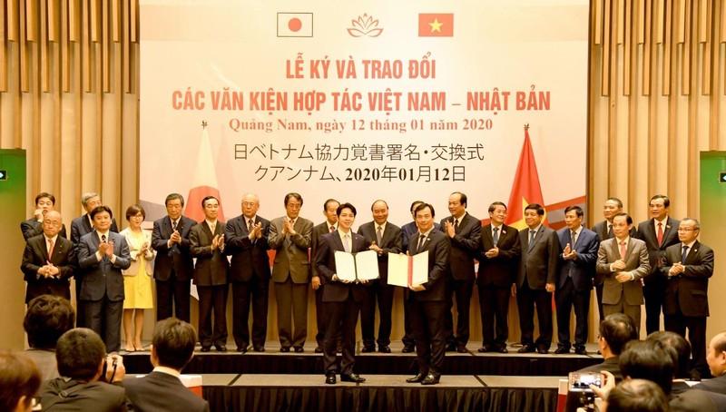 Thủ tướng và ông Nikai Toshihiro chứng kiến lễ ký và trao đổi 12 văn kiện/Bản ghi nhớ hợp tác giữa các Bộ, ngành, địa phương và doanh nghiệp hai nước.