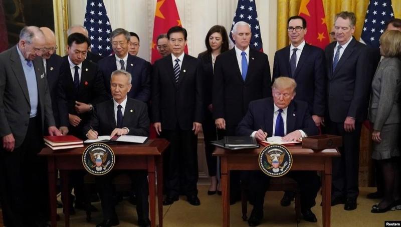 """Phó Thủ tướng Trung Quốc Lưu Hạc và Tổng thống Mỹ Donald Trump ký thỏa thuận thương mại """"giai đoạn 1"""" tại Nhà Trắng ngày 15/1."""