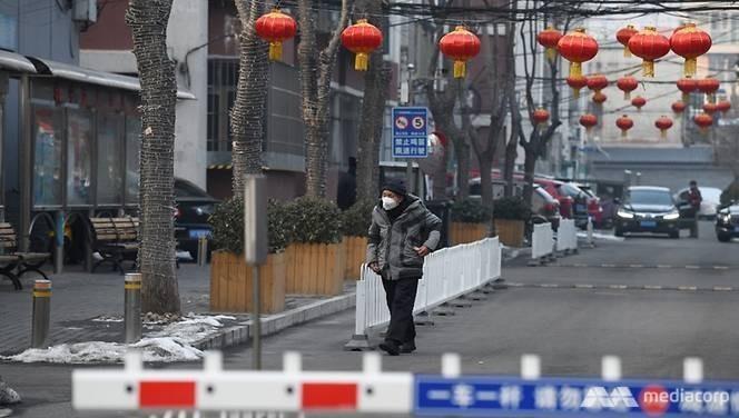 Một người đàn ông đi qua một khu căn hộ ở Bắc Kinh, Trung Quốc