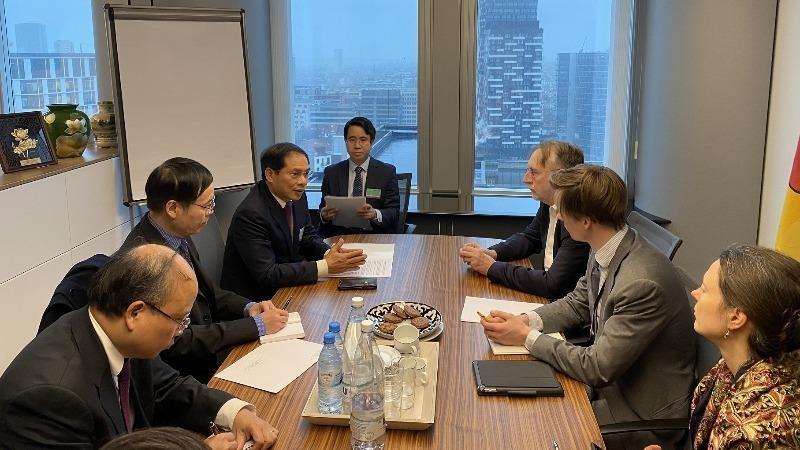 Thứ trưởng Bùi Thanh Sơn - Đặc phái viên của Thủ tướng Chính phủ gặp Chủ tịch Ủy ban Thương mại Quốc tế EP (INTA) Bernd Lange trong khuôn khổ chuyến thăm, làm việc tại EP để thúc đẩy bỏ phiếu phê chuẩn EVFTA và EVIPA từ ngày 4-12/2 vừa qua.