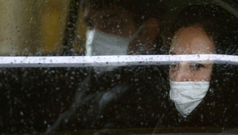 Một người Iran đeo khẩu trang để phòng lây nhiễm virus.