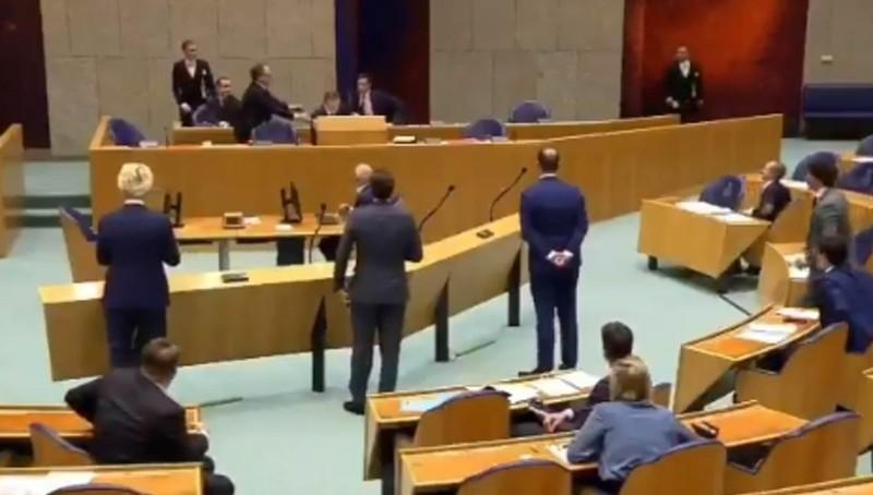Bộ trưởng Y tế Hà Lan Bruno Bruins ngất ngay tại cuộc họp của Quốc hội.