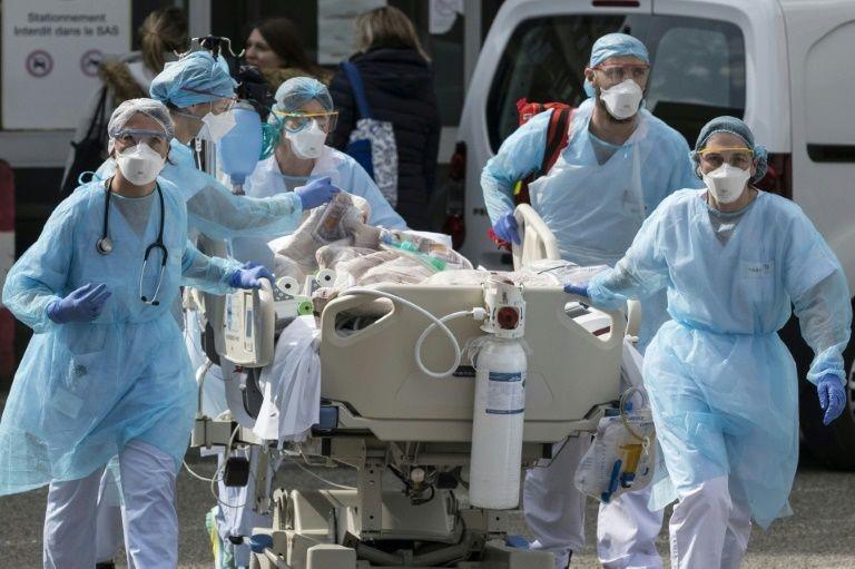 Các nhân viên y tế Pháp tích cực điều trị cho người bệnh