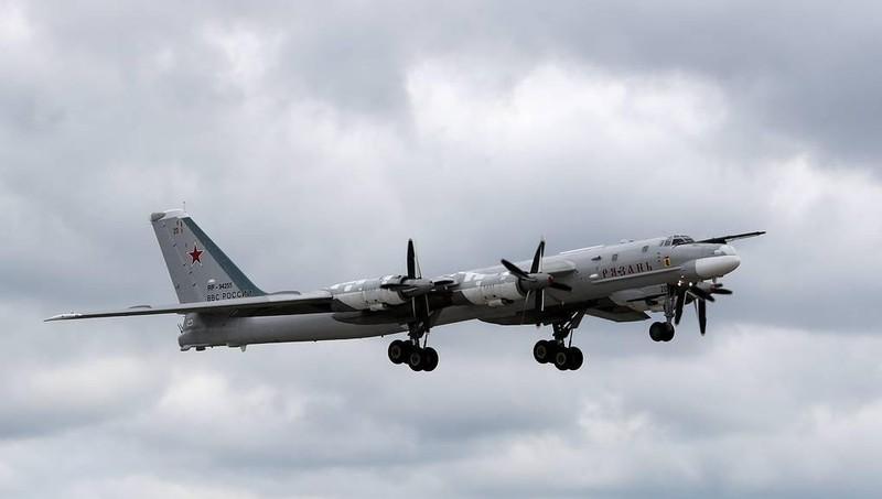 Hai máy bay ném bom mang tên lửa tối tân của Nga sải cánh trên biển