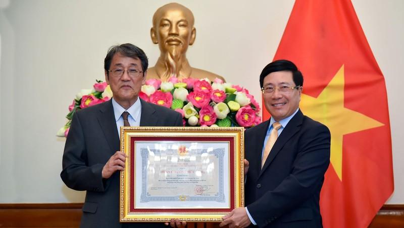 Phó Thủ tướng Phạm Bình Minh trao Huân chương Hữu nghị cho Đại sứ Nhật Bản tại Việt Nam Umeda Kunio.