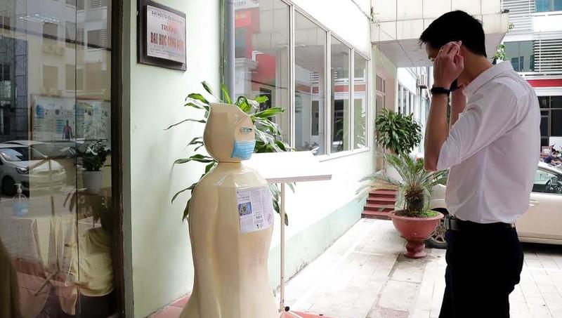 Robot nhắc nhở mọi người đeo khẩu trang do nhóm nhà khoa học và sinh viên Trường ĐH Công nghệ, ĐH quốc gia Hà Nội chế tạo.