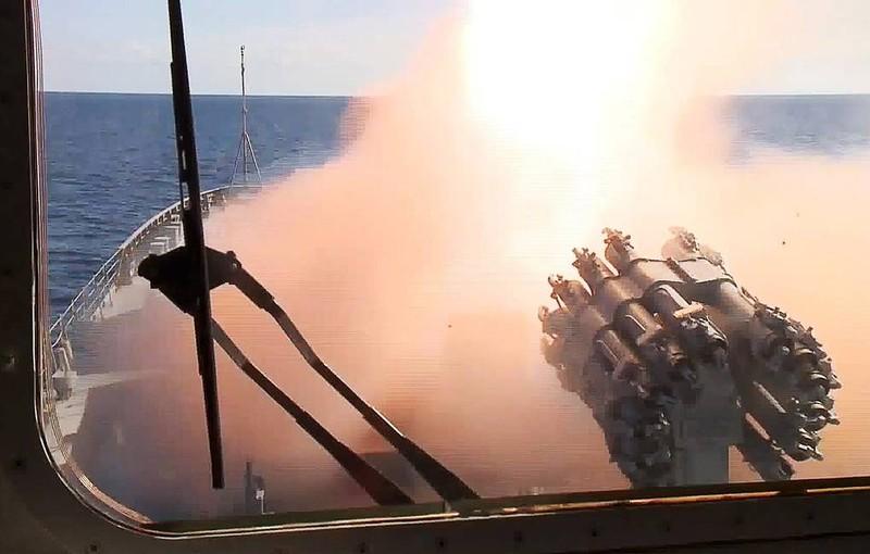 Nhóm tàu chiến Nga khoe sức mạnh vũ bão trong tập trận trên biển