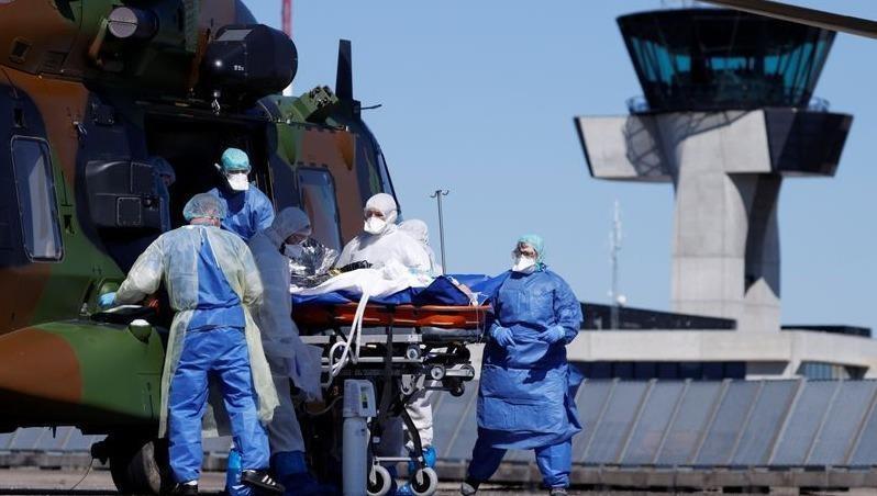 Nhân viên y tế vận chuyển bệnh nhân đi điều trị tại Pháp.