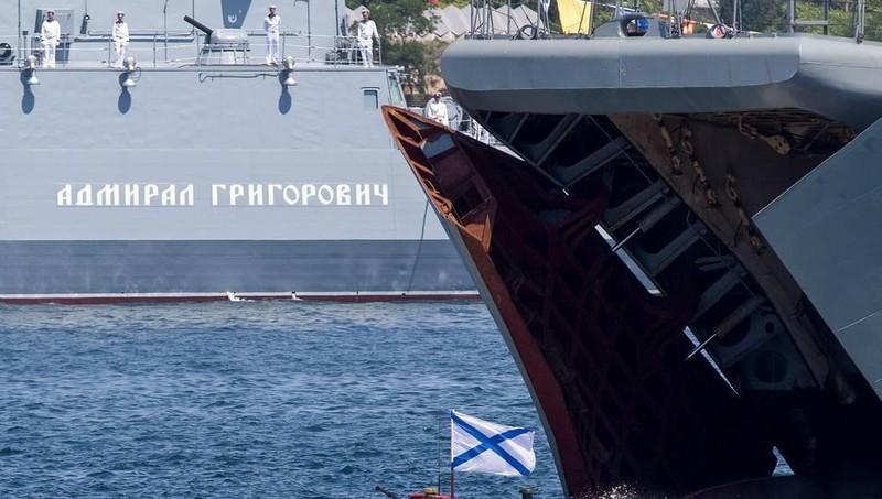 Đội tàu chiến Nga khoe sức mạnh vũ bão trong tập trận trên biển