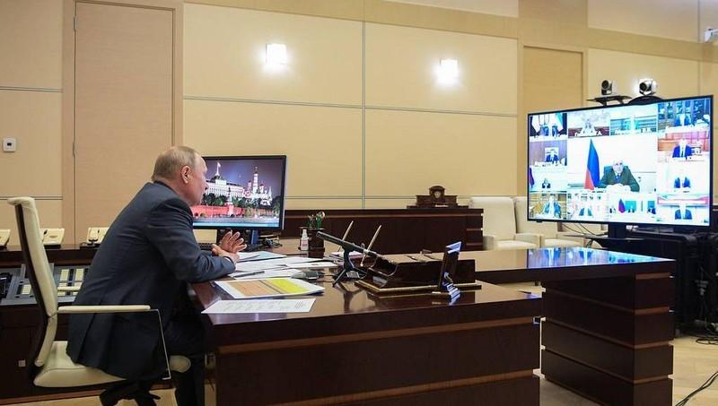 Tổng thống Nga Vladimir Putin tham gia một cuộc họp trực tuyến.