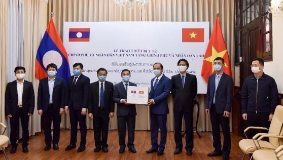 Trao tượng trưng thiết bị y tế Việt Nam hỗ trợ Lào, Campuchia phòng chống dịch Covid-19