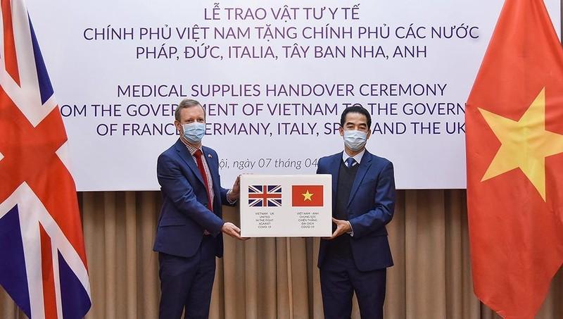 Tặng hàng hỗ trợ phòng chống dịch Covid-19 của Việt Nam cho một số nước châu Âu