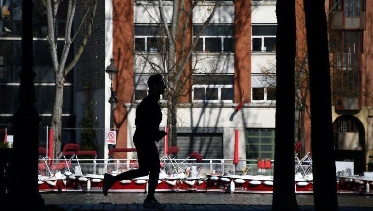 Số ca tử vong ở Pháp cao kỷ lục, Paris cấm chạy bộ ban ngày để phòng Covid-19