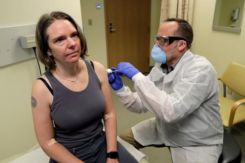 Tiết lộ bất ngờ về cảm giác của người đầu tiên thử vaccine ngừa Covid-19