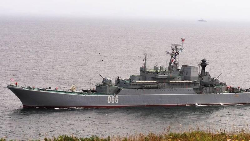 Tàu tên lửa Nga rầm rộ tập trận trên biển