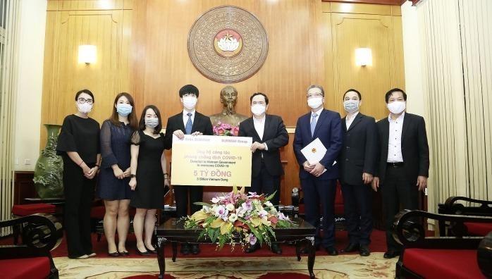 Chủ tịch Ủy ban Trung ương MTTQ Việt Nam Trần Thanh Mẫn tiếp nhận khoản viện trợ của Tập đoàn Sunwah. Ảnh: Baoquocte