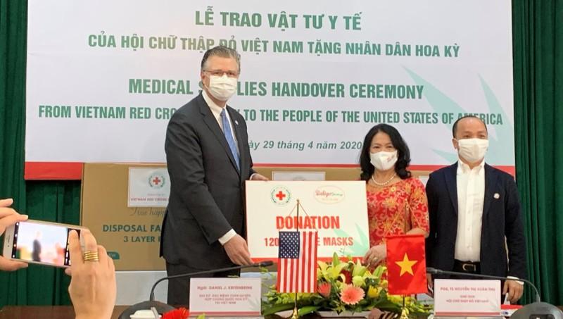 Đại sứ Mỹ tiếp nhận quà tặng khẩu trang y tế do Hội Chữ thập đỏ Việt Nam tặng