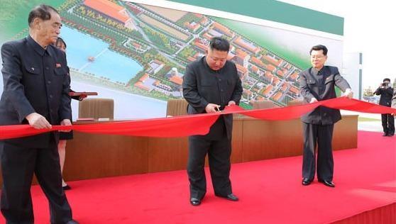 Ông Kim Jong-un cắt băng khánh thành nhà máy.