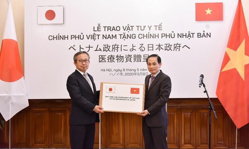 Hình ảnh tại buổi lễ trao tượng trưng 140.000 khẩu trang y tế của Việt Nam cho Nhật Bản