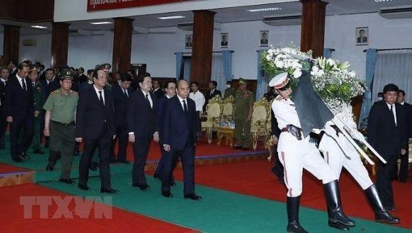 Thủ tướng Chính phủ Nguyễn Xuân Phúc dẫn đầu đoàn đại biểu cấp cao Đảng, Nhà nước Việt Nam viếng Đại tướng Lào Sisavath Keobounphanh. Ảnh: TTXVN