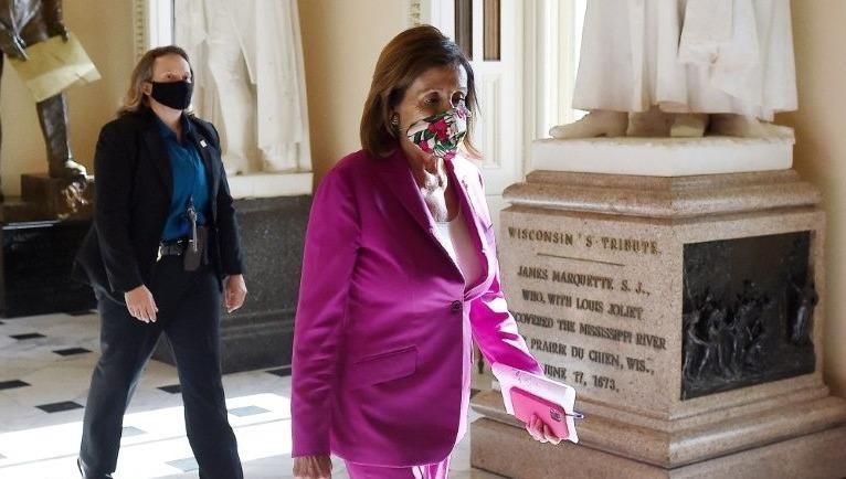 Chủ tịch Hạ viện Mỹ Nancy Pelosi (người đi trước).
