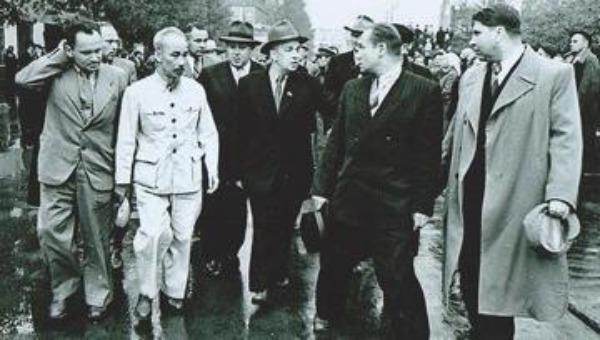 Chủ tịch Hồ Chí Minh trong một chuyến thăm Pháp (Ảnh: Báo tư liệu)