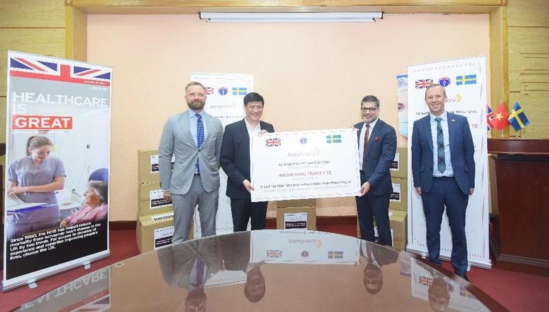 AstraZeneca Việt Nam tặng 400.000 khẩu trang hỗ trợ nhân viên y tế phòng, chống Covid-19