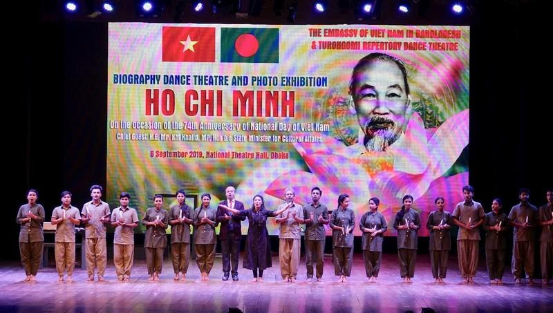 Đạo diễn và các nghệ sỹ Bangladesh bắt nhịp Bài ca Hồ Chí Minh.