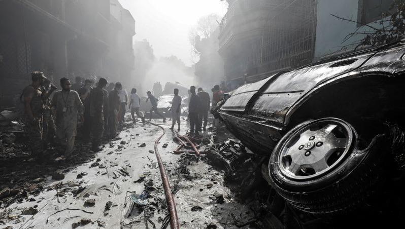 Ít nhất 1 hành khách sống sót trong vụ rơi máy bay chở khách ở Pakistan