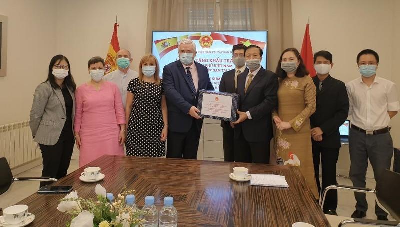 Tặng khẩu trang vải kháng khuẩn của Chính phủ cho cộng đồng người Việt tại Tây Ban Nha