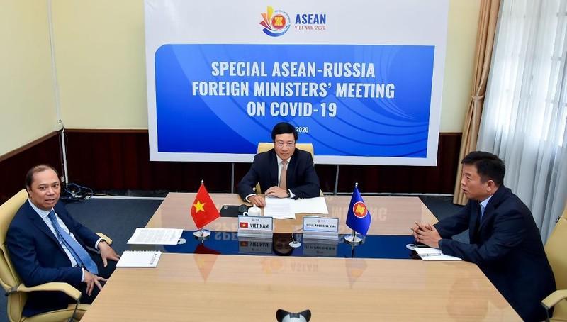 Phó Thủ tướng Phạm Bình Minh dự phiên họp.