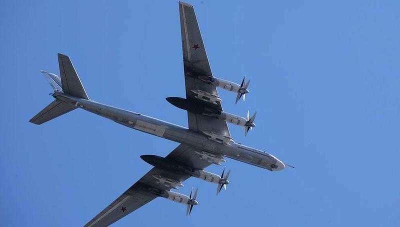 """Bốn máy bay ném bom mang tên lửa có tầm bắn """"vô đối"""" của Nga sải cánh trên biển"""