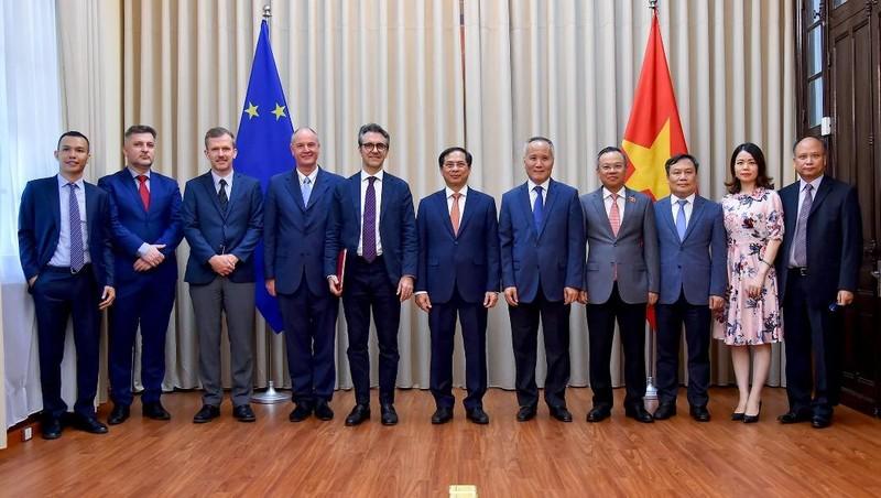 Trao công hàm thông báo quyết định của Quốc hội phê chuẩn Hiệp định EVFTA, EVIPA