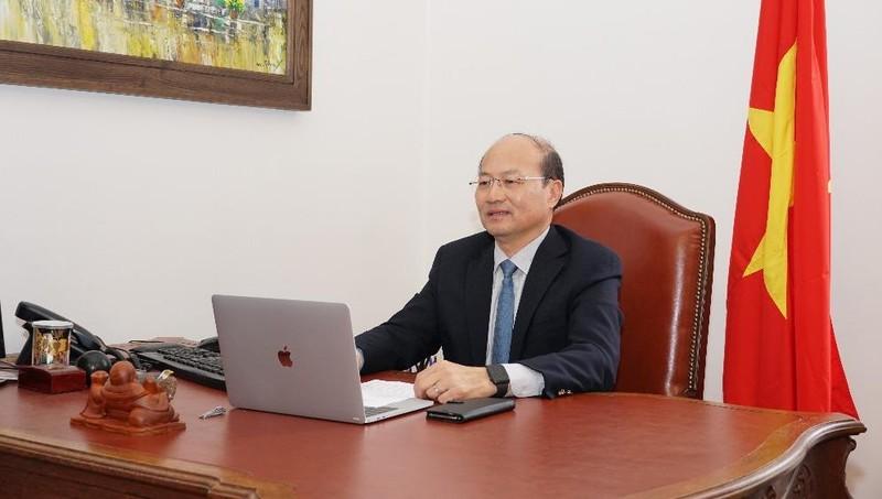 Đại sứ Lê Dũng phát biểu tại cuộc họp.