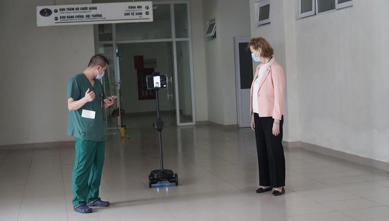 Trao 3 robot giúp bảo vệ các bác sĩ và điều dưỡng viên ở tuyến đầu chống dịch Covid-19