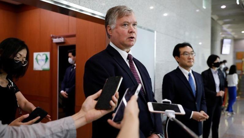 Thứ trưởng Ngoại giao Mỹ Stephen Biegun phát biểu với truyền thông bên cạnh người đồng cấp Hàn Quốc Lee Do-hoon sau cuộc gặp ở Bộ Ngoại giao Hàn Quốc.