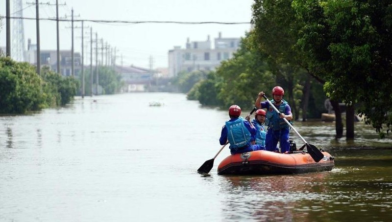Nhân viên cứu hộ vận chuyển người bị kẹt ở phía Đông tỉnh Giang Tây, Trung Quốc ngày 13/7.