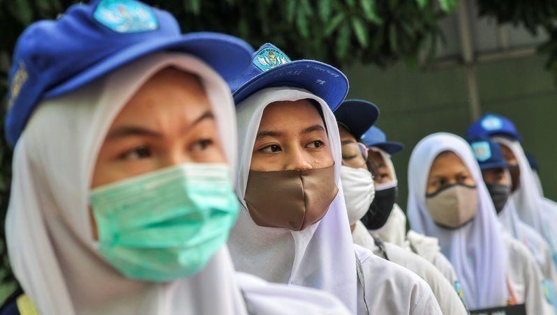 Người dân đeo khẩu trang phòng lây nhiễm bệnh tại Indonesia.