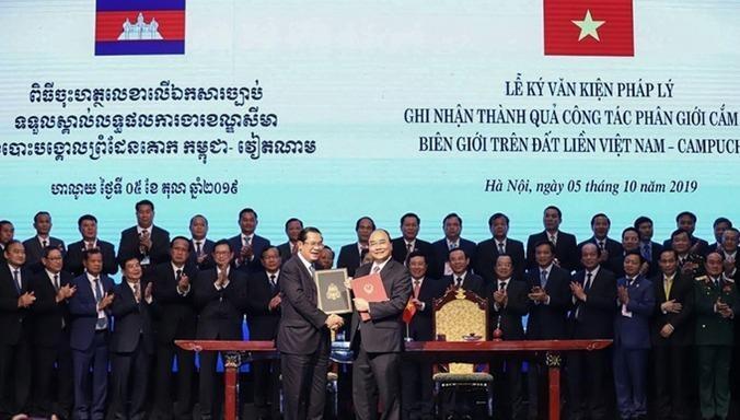 Thủ tướng Nguyễn Xuân Phúc và Thủ tướng Hun Sen trao đổi văn bản Hiệp ước bổ sung Hiệp ước hoạch định biên giới quốc gia năm 1985 và Hiệp ước bổ sung năm 2005 giữa Việt Nam và Campuchia ngày 5/10/2019.