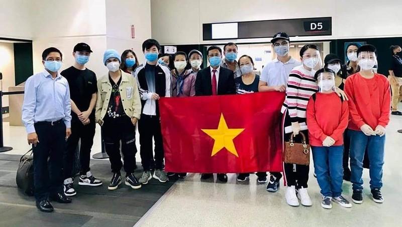 Tổng Lãnh sự quán Việt Nam tại Houston và các công dân được đưa về nước ngày 6/8.