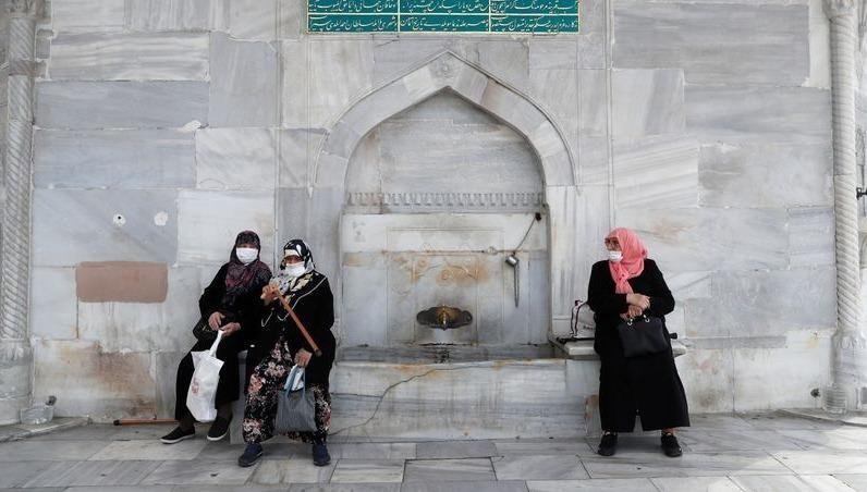 Phụ nữ Thổ Nhĩ Kỳ đeo khẩu trang ở Istanbul.